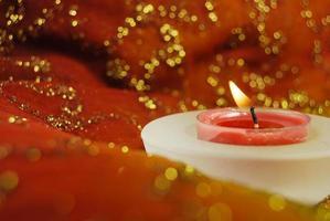 Kerze über einem indischen Saree foto