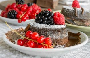 Kuchen mit Schokoladenherz in heißer Schokolade foto
