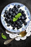 Blaubeeren auf einem Teller. foto