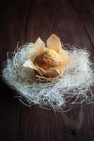 hausgemachte Muffins mit Dekoration auf Holztisch foto