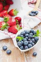 Blaubeeren und Erdbeeren foto