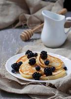 süße hausgemachte Pfannkuchen mit Beeren foto