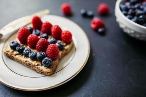 Toast mit Erdnussbutter und Beeren foto