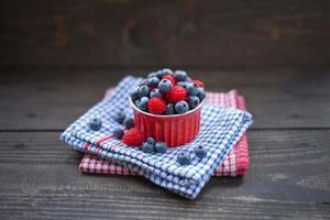 Himbeeren und Blaubeeren Früchte. foto
