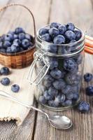 frische Blaubeeren auf Holztisch foto