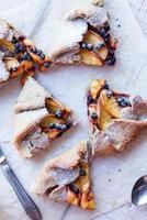 Kekse mit Pfirsich und Blaubeere schneiden foto
