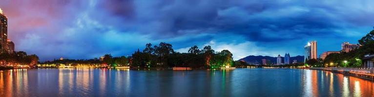 dramatischer Himmel über einem Wasserpark in Fuzhou, China