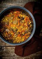 vegetarischer Pilaw mit Kichererbsen und Pilzen foto