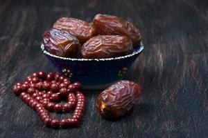 Datteln Obst und Rosenkranz Stillleben foto