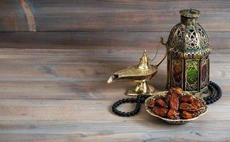 Datteln, arabische Laterne und Rosenkranz. islamischer Feiertag foto