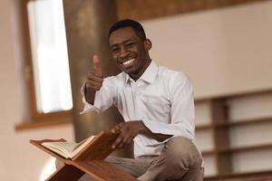 Schwarzafrikanischer muslimischer Mann, der Daumen oben zeigt