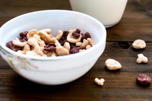 Flocken Schädel und Knochen mit Milch zum Frühstück foto