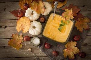 köstliche, orangefarbene Herbstkürbissuppe. Mittagessen zu Halloween