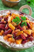 Curry mit Bohnen und Ananas foto