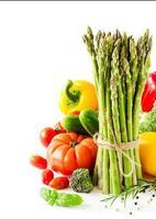 frisches Gemüse isoliert auf weißem Kopierraumhintergrund vertica foto