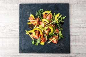 Salat mit Avocado, Forelle und Spargel Draufsicht