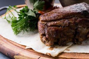 Gebratener Schweinshaxe mit Kartoffeln mit Sauce foto