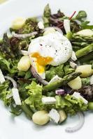Salat mit Spargel und Gnocchi.