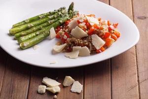 vegetarisches Buchweizenrisotto mit rotem Paprika foto