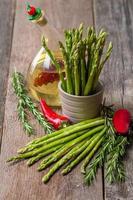 Stillleben mit Olivenöl Spargel, Avocado, Pfeffer und Rosmarin foto