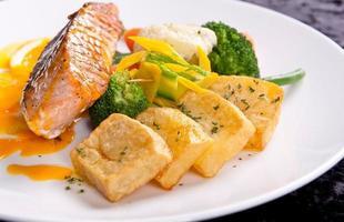 Filet aus weißem Fisch und Gemüse