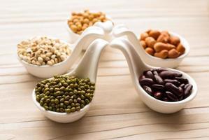 Sammlungssatz von Bohnen, Hülsenfrüchten, Erbsen, Linsen auf Keramiklöffel foto