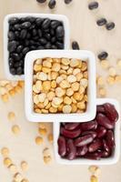 schwarze Bohnen, gelbe Erbsen und rote Bohnen foto