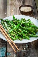 gebratene grüne Bohnen mit Sesam