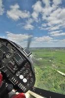 ein kleines Flugzeug fliegen foto