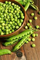 frische grüne Erbsenschote auf hölzernem Hintergrund foto