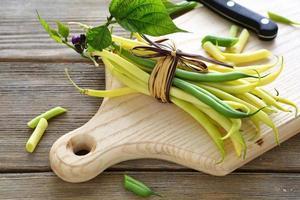 frische grüne Bohnen mit Seil gebunden foto