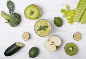 grün gefärbtes Obst und Gemüse foto