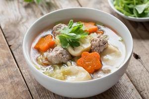 klare Suppe mit Gemüse und Fleischbällchen.