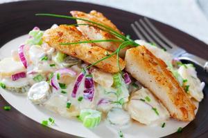 Kartoffelsalat mit Fisch foto