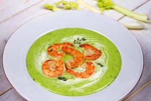grüne Bio-Gemüse- und Cremesuppe mit Garnelen foto