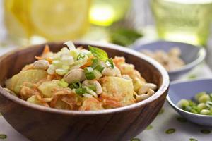 Kartoffelsalat mit Karotten und Sellerie foto