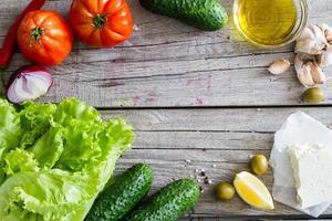 griechische Salatzutaten - Tomate, Gurke, Salat, Zwiebel