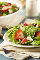 Bio gesunder Erdbeer Balsamico-Salat foto
