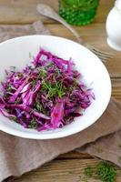 vegetarischer Krautsalat auf einer Schüssel foto
