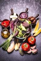 Diätmahlzeit. Gemüsesalat in einer Schüssel foto