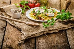 Frühlingssalat von Linsen mit pochiertem Ei foto