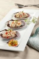 Thunfischsalat und Gurkenwürfel. foto