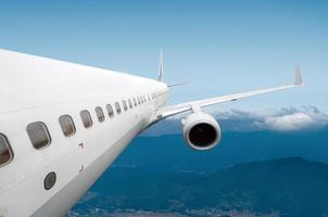 großes Verkehrsflugzeug am Himmel foto