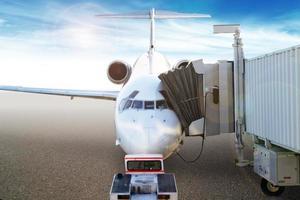 Passagiere, die in ein Flugzeug verladen foto