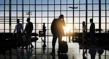Gruppenleute Flughafen Geschäftsreise Kommunikationskonzept foto