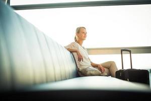 junge Passagierin am Flughafen foto