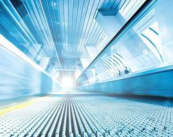 schnell fahrende Rolltreppe durch Bewegung foto