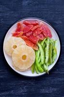 getrocknete Ananas, Papaya und Pummelo foto