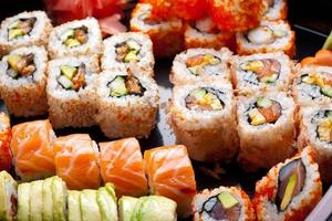 Sushi und Brötchen.