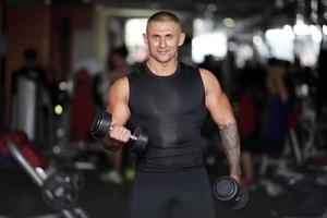 erfolgreicher junger Gewichtheber foto